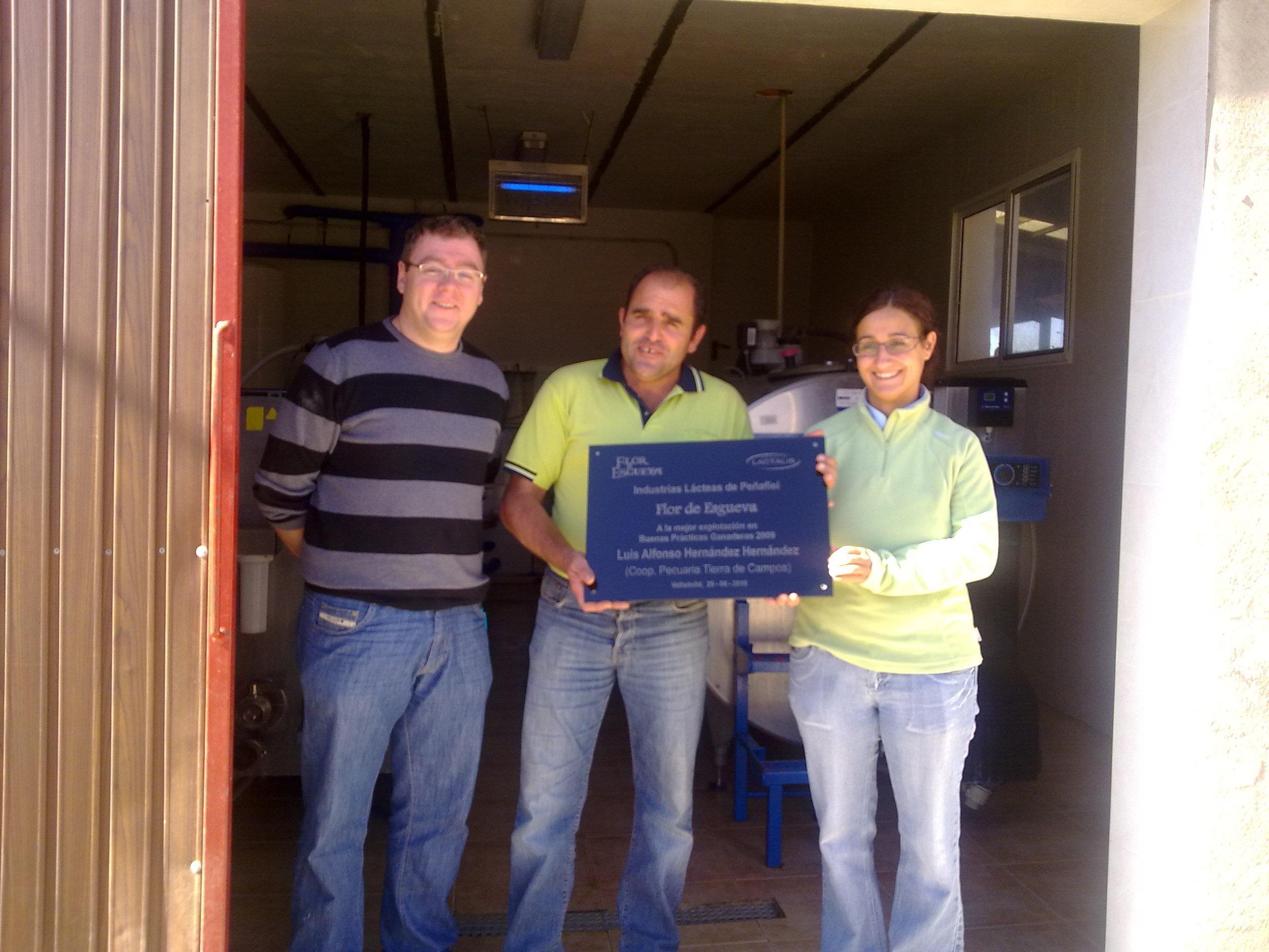 FLOR DE ESGUEVA entrega la placa que reconoce como mejor ganadero de la cooperativa en BUENAS PRÁCTICAS GANADERAS - 2009.
